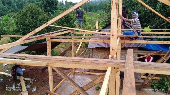 Donasi Netizen, Gubuk Kakek Linggi di Tampo Dibedah BKPRMI Tana Toraja