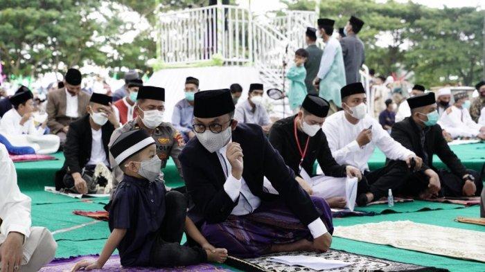 Salat Idulfitri di Lapangan Pantai Seruni, Ilham Azikin Ingatkan Jamaah Tetap Disiplin Prokes