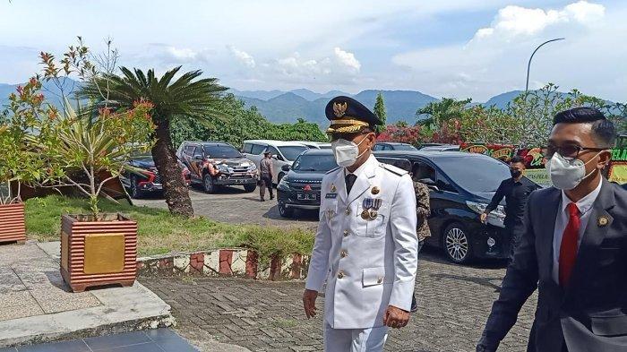 Bupati dan wakil bupati terpilih Mamuju Tengah H M Aras Tammauni dan Drs Amin Jasa M.Si tiba di Rujab Gubernur Sulbar pukul 14.30 Wita.(nurhadi/tribun).