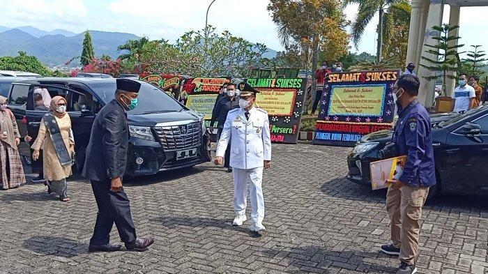Pakai Mobil Alphard, Bupati Mamuju Tengah Terpilih H Aras Tiba Rujab Gubernur Sulbar