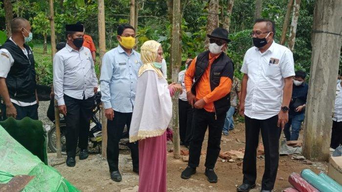 Bupati Enrekang Serahkan Bantuan Rp 10 Juta kepada Korban Kebakaran di Desa Cendana