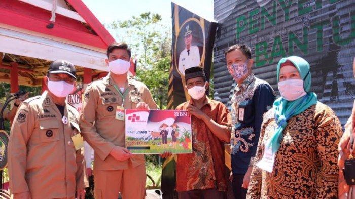 FOTO: Kunker di Bontolempangan dan Bungaya, Pemkab Gowa Salurkan Bansos Beras ke 1.952 KPM