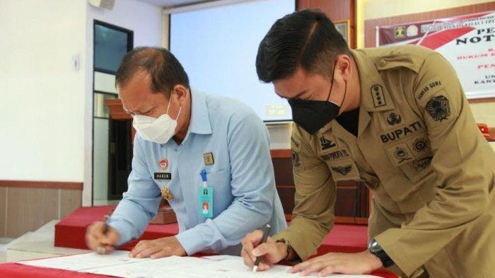 FOTO: Unit Layanan Paspor di Kabupaten Gowa Beroperasi November - bupati-gowa-adnan-purichta-ichsan-teken-mou-dengan-kemenkumham-sulsel-1.jpg