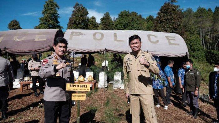 FOTO: Hari Bhayangkara ke-75, Polda Sulsel-Pemkab Gowa Tanam 1.000 Pohon - bupati-gowa-polda-sulsel-tanam-pohon-1.jpg
