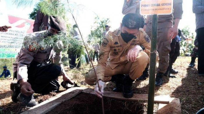 FOTO: Hari Bhayangkara ke-75, Polda Sulsel-Pemkab Gowa Tanam 1.000 Pohon - bupati-gowa-polda-sulsel-tanam-pohon-3.jpg