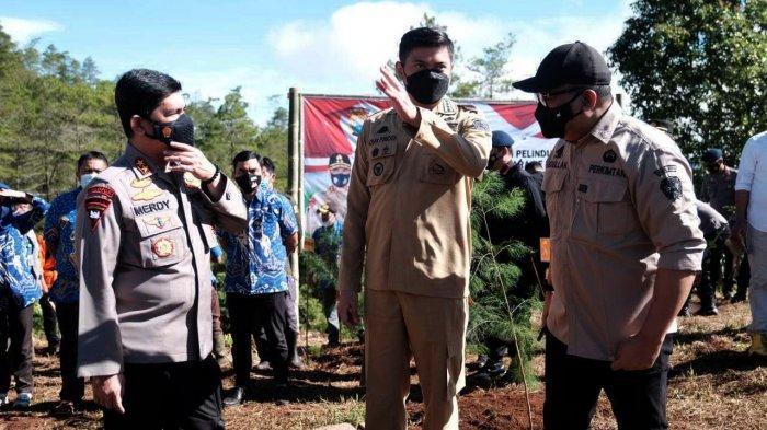 FOTO: Hari Bhayangkara ke-75, Polda Sulsel-Pemkab Gowa Tanam 1.000 Pohon - bupati-gowa-polda-sulsel-tanam-pohon-4.jpg