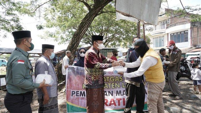 Bupati Luwu Basmin Mattayang Bareng Kajari Luwu Bagi-bagi Nasi Kotak ke Tukang Ojek