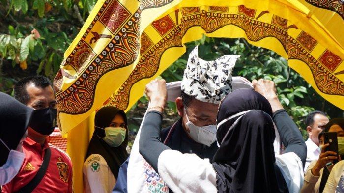 Bupati Luwu Disambut Adat di Desa To'long Bastem