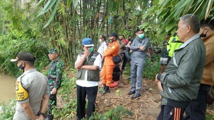 Mobil Terjun ke Sungai, Bupati Mamasa Bantu Pencarian Tiga Korban Lakalantas di Messawa