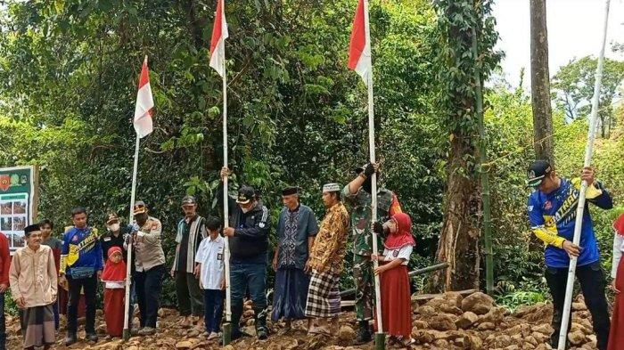 Pantau Pembangunan Jalan Sepanjang 2 Km, Chaidir Syam Tancapkan Bendera Merah Putih