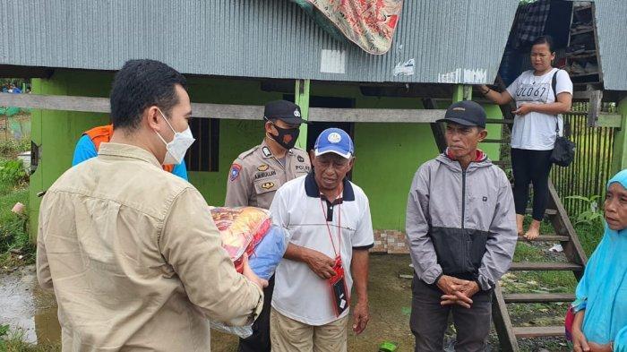 Bupati Pangkep Muhammad Yusran Lalogau (MYL) menyalurkan bantuan untuk korban angin puting beliung di Kelurahan Bonto Perak, Pangkep, Jumat (2/4/2021).