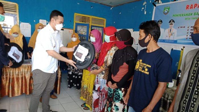 Bupati Pangkep Serahkan Bantuan dan Insentif untuk Warga Desa Taraweang