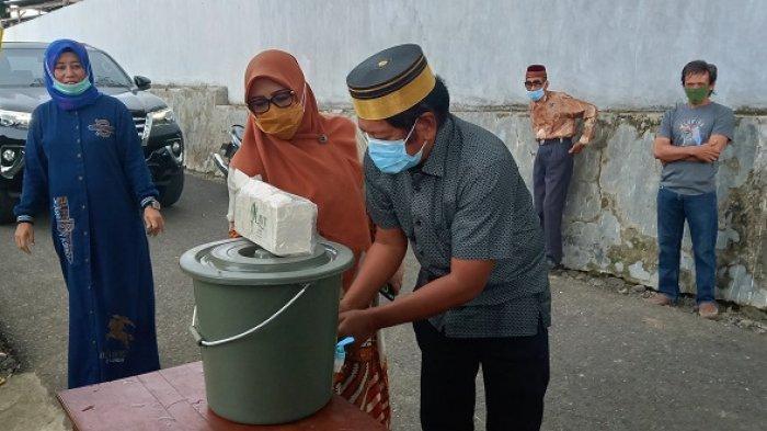 Bupati Soppeng Pakai Kemeja Lengan Pendek dan Songkok Recca ke TPS