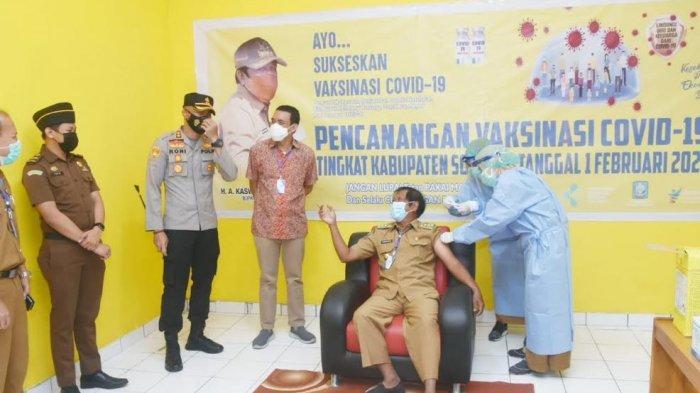 Bupati Kaswadi Razak Orang Pertama Divaksin Corona di Soppeng
