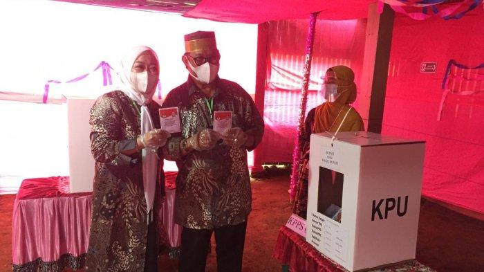 Ke TPS, Cawabup Soppeng Lutfi Halide dan Istri Kompakan Pakai Batik