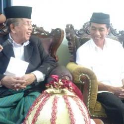 Setelah mengikuti Jalan Sehat Bersama Rakyat, Joko Widodo alias Jokowi ke kediaman tokoh Nahdlatul Ulama (NU) Sulsel, AGH Sanusi Baco, di Jl Kelapa 3, Makassar, Minggu (11/5/2014) siang.s