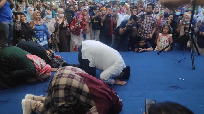 Chaidir Syam dan Suhartina Bohari sujud syukur di hadapan pendukungnya