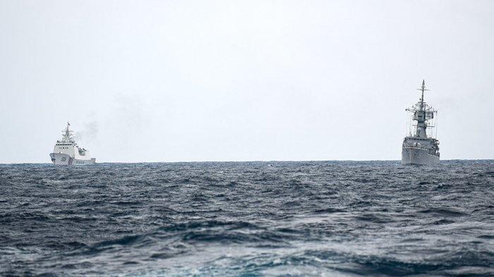 FOTO-FOTO: Saat Kapal Coast Guard China 'Bayangi' Kapal Perang TNI di Natuna, Halangi Kapal Nelayan