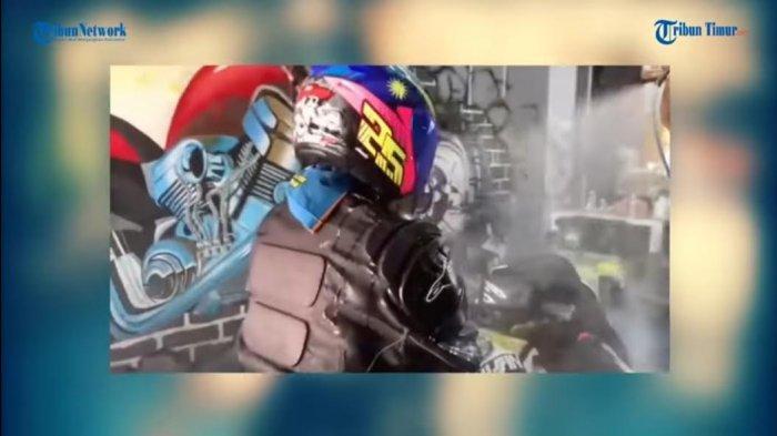 VIDEO: Cuci Motor Gratis Sekalian Dengan Pengendaranya, Keluar Langsung Kinclong