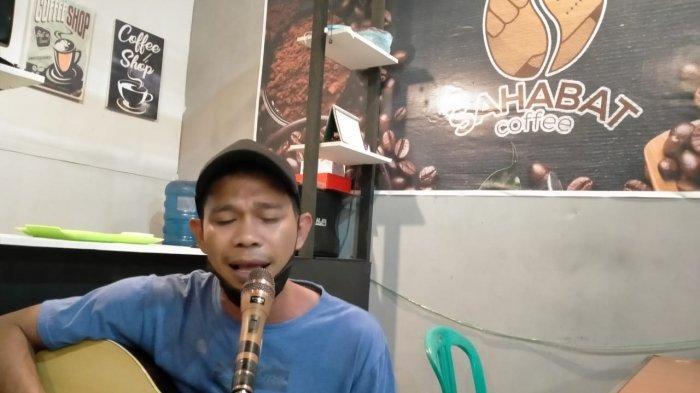 Daeng Lhua, 'Sang Maestro Iwan Fals' dari Lorong Kampung Hollywood Makassar