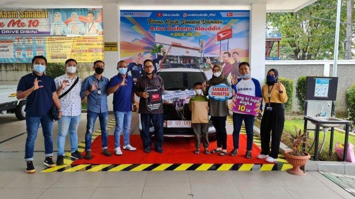Daihatsu Alauddin Serahkan Unit Pertama Daihatsu Rocky ke Konsumen