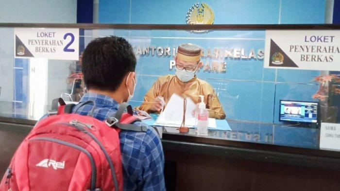 Peringati Hari Lahir Pancasila, Pegawai Imigrasi Parepare Pakai Baju Adat Layani Pemohon Paspor