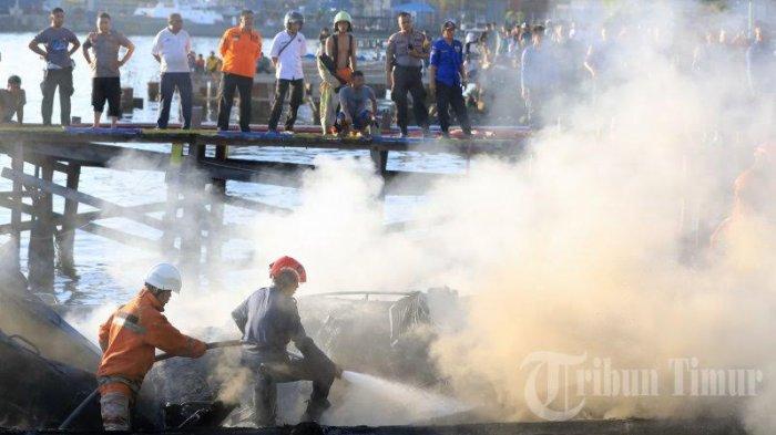 FOTO: Kapal Patroli Polair Polda Sulsel Terbakar di Dermaga