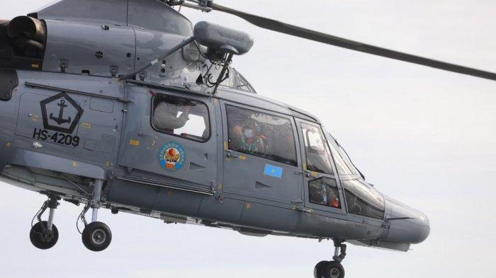Danlantmal VI, Laksamana Pertama TNI Dr Benny Subandari menumpangi Helikopter Anti Kapal Selam (AKS) AS565 MBe Panther milik TNI AL di Hanggar Kapal KRI Soeharso yang berada di Lanal Mamuju, Sulbar, Selasa, (26/1/2021). Kehadiran Danlantamal VI ini untuk meninjau daerah yang terisolir akibat Gempa bermagnitudo 6,2 dan memastikan bantuan korban gempa terdistribusi dengan tepat. TRIBUN TIMUR/SANOVRA JR
