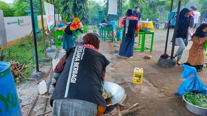 Tim Reaksi Cepat Ikatek Unhas Buka Dapur Umum di Lokasi Banjir NTT, Suplai208 Pengungsi Waiwerang - dapur-umum-untuk-korban-banjir-ntt-di-desa-waiburak-dan-kelurahan-waiwerang.jpg