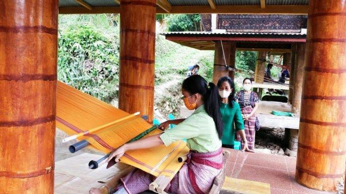 Dekranasda Tana Toraja Kunjungi Sentra Tenun di Makale Utara