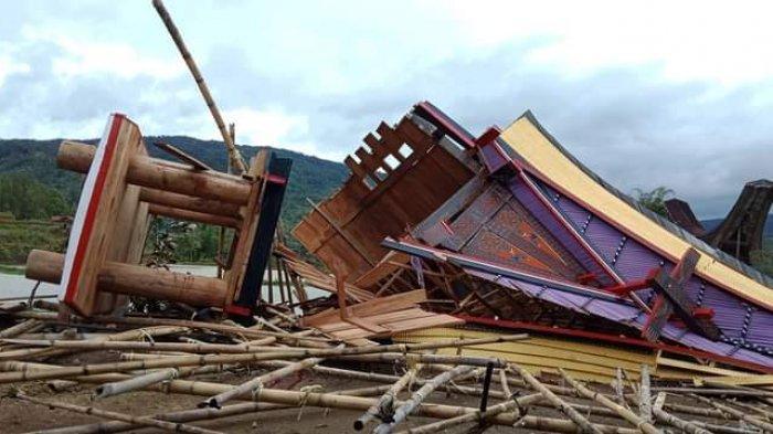 Delapan Rumah Adat di Buntu Pepasan Toraja Utara Tumbang Diterjang Puting Beliung