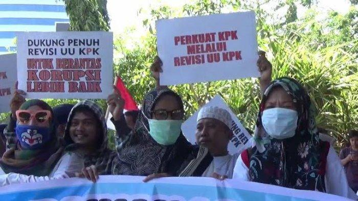 Demo di Flyover Gabungan Mahasiswa Makassar Ini Dukung Revisi UU KPK, Ini Alasanya