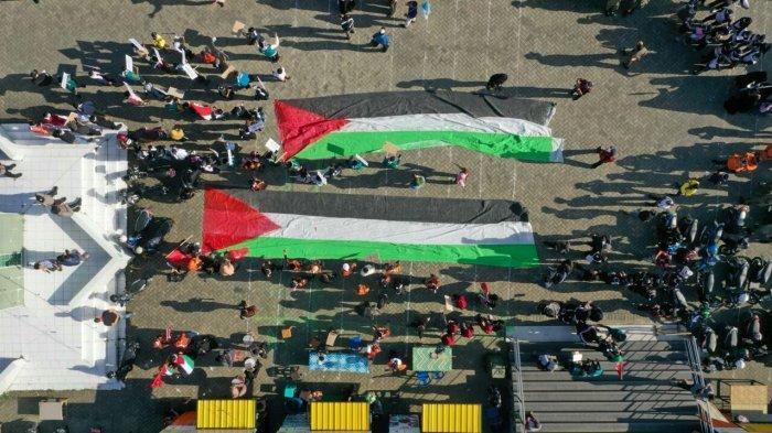 Aliansi Pemuda dan Masyarakat Soppeng Peduli Palestina membentangkan Bendera Palestina di halaman Masjid Raya Soppeng di sela aksi solidaritas kemanusiaan bela Palestina di Soppeng, Sabtu (22/5/2021)