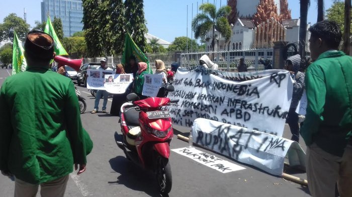 Rupiah Melemah, Mahasiswa Makassar Desak Jokowi Mundur Sebagai Presiden
