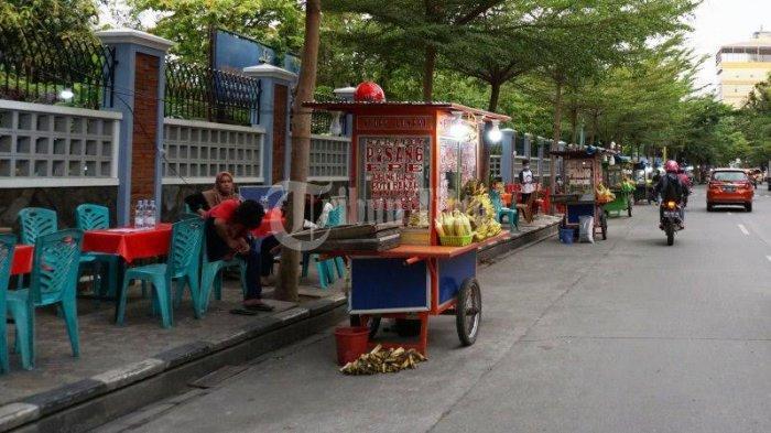 FOTO; Deretan Pedagang Pisang Epe di Jl Lamadukelleng Makassar - deretan-gerobak-pedagang-pisang-epe-yang-terletak-di-jl-lamadukelleng-makassar-1.jpg