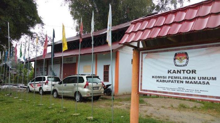 Pemilu 2019 Telah Usai, Bendera Parpol di Kantor KPU Mamasa Nyaris Tak Berbentuk