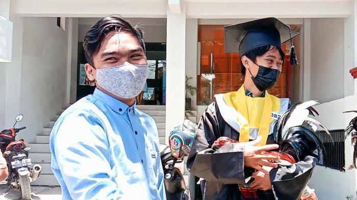Bukan Bunga, Wisudawan UKI Toraja Ini Malah Dapat Hadiah Ayam Jantan dari Teman