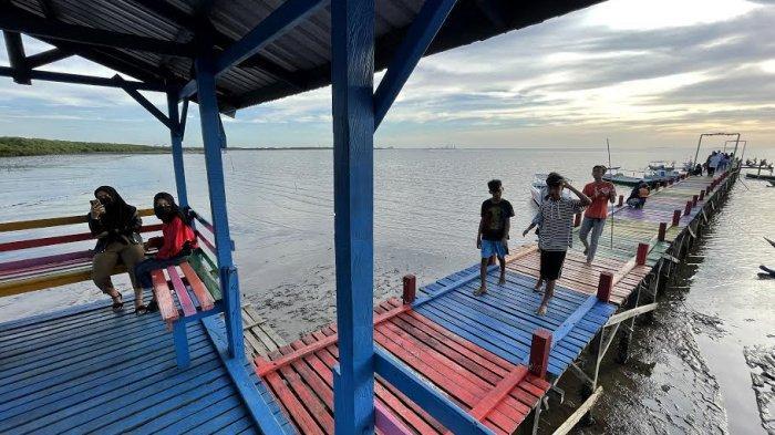 FOTO: Tarik Wisatawan, Dermaga Untia Kini Dihias Warna-warni - dermaga-untia-dihias-4.jpg