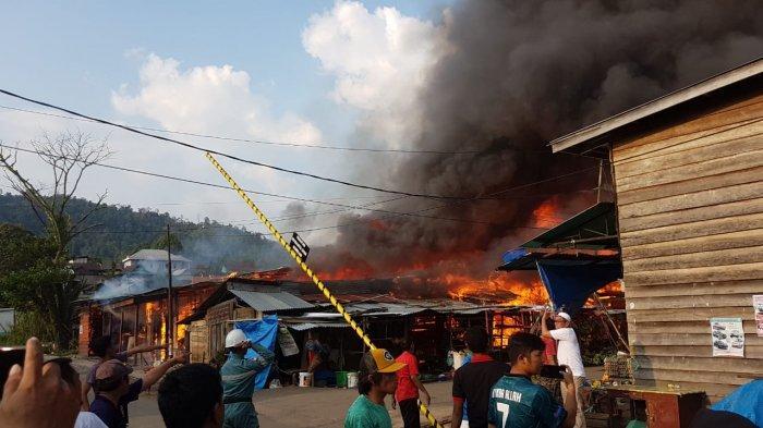 Pasar Malili Luwu Timur Terbakar, Warga dan Petugas Pemadam Berjibaku Padamkan Api