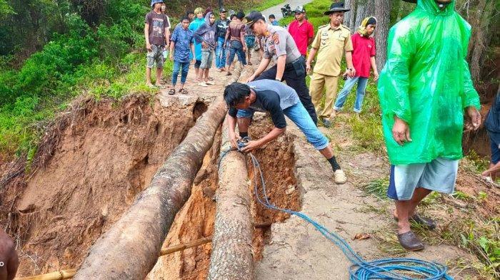 Pascalongsor, Warga di Desa Tali Tallu Tator Membuat Jembatan Darurat
