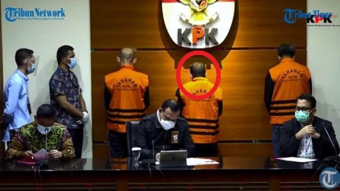 Para tersangka suap proyek Sulsel - Edy Rahmat (tengah) terima uang suap untuk Gubernur Sulsel Nurdin Abdullah (kanan) dari kontraktor Agung Sucipto (kiri) di Jl Sultan Hasanuddin Makassar