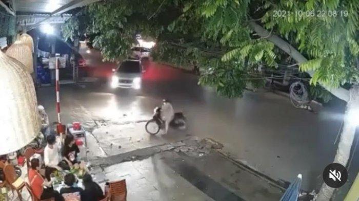 Video Viral Pengendara Mobil dan Motor Baku Senggol, Satu Orang Ikut Terlempar