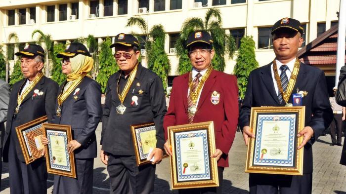 Rektor Unibos Terima Penghargaan Polisi Kehormatan