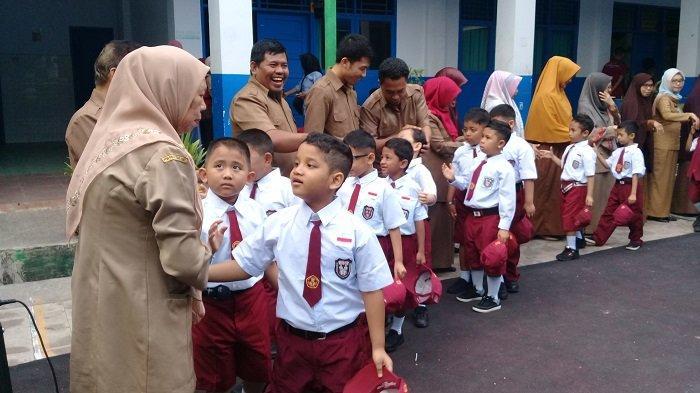 Hari Pertama Sekolah, SDN 2 Unggulan Maros Dipadati Orang Tua Murid