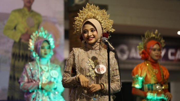 FOTO: Dian Putri Pariwisata Kabupaten Bone 2021 - dian-18-menerima-tropy-dari-wakil-bupati-bone-ambo-dalle-sebagai-duta-putri-pariwisata-3.jpg