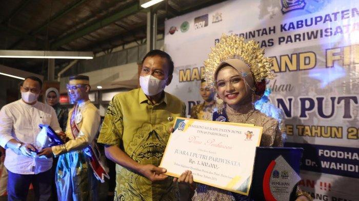 FOTO: Dian Putri Pariwisata Kabupaten Bone 2021 - dian-18-menerima-tropy-dari-wakil-bupati-bone-ambo-dalle-sebagai-duta-putri-pariwisata.jpg