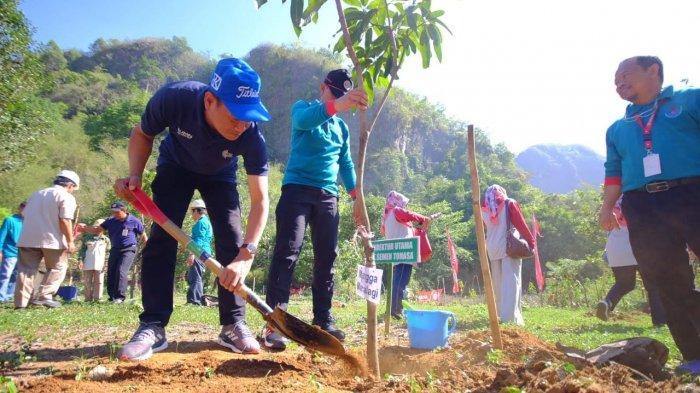 Direksi PT Semen Tonasa Tanam Pohon di Taman Kehati Bulu Sipong Pangkep