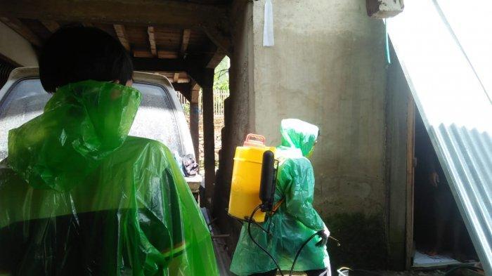 Cegah Virus Corona, Kepala Desa Balla Mamasa Semprot 300 Unit Rumah Warga
