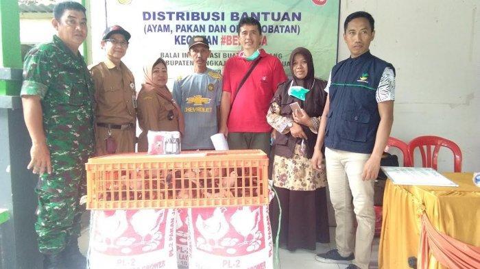 Distribusi Bantuan Paket Ayam, Pakan dan Obat-obatan di Desa Alesipitto Pangkep