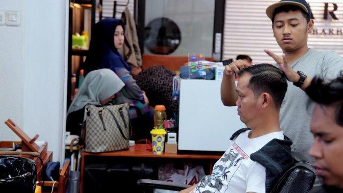 Dukung Industri Kreatif, Dokter Fadli Sambangi Cartenz Barbershop